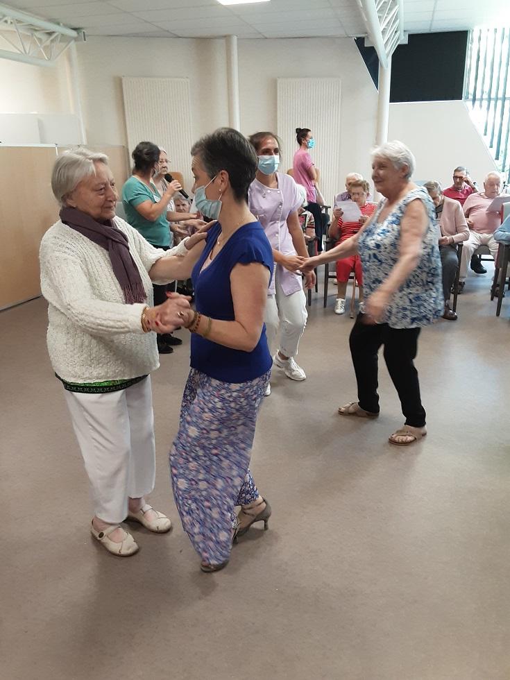 Danses et chants à la GUINGUETTE, avec nos voisins des Oréades.